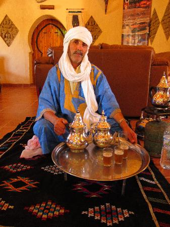 Kasbah Hotel Chergui: Moroccan Man Serving Tea
