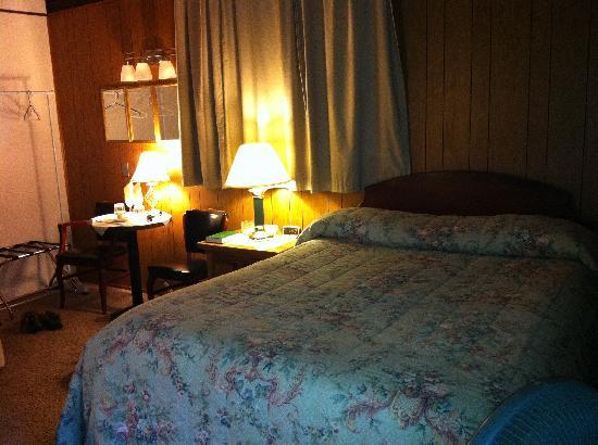 Totem Trail Motel: Bed