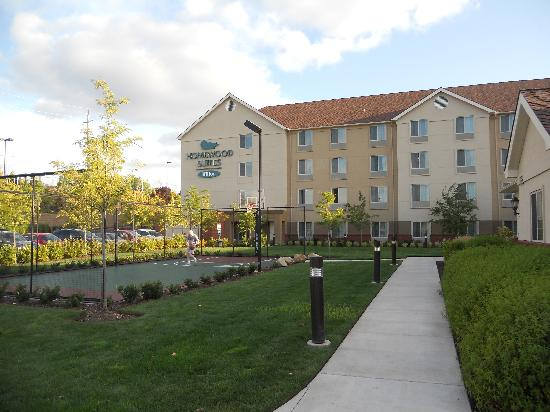 Homewood Suites by Hilton, Medford: Exterior near parking lot at lobby