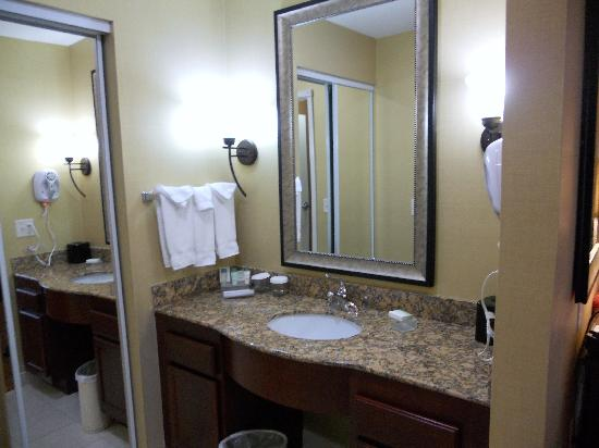 Homewood Suites by Hilton, Medford: Ample space at vanity
