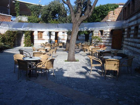 Hotel Fortino Napoleonico: Der nette Innenhof