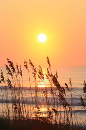 Jolly Roger Inn & Pier: Sunrise over the Atlantic