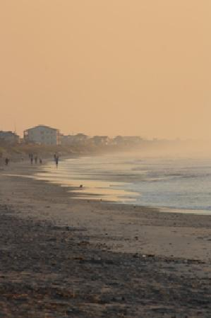 Jolly Roger Inn & Pier: Topsail Beach in morning mist