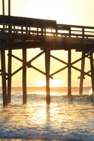 Jolly Roger Inn & Pier: Fishing pier at midmorning