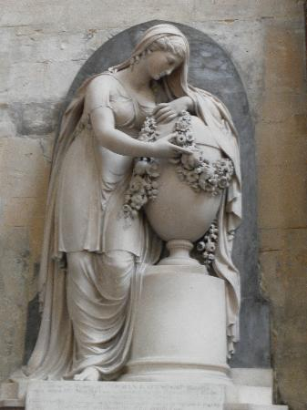 Bath Abbey: Stone lady statue