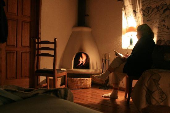 Hotel Cuello de Luna: Lectura junto al fuego