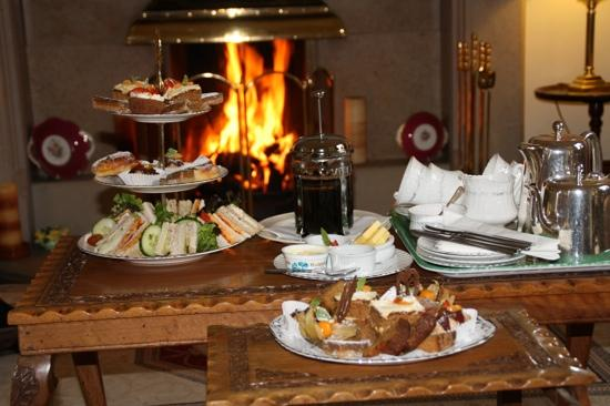 Tigh na Sgiath Country House Hotel: afternoon tea by the fire