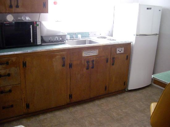 Randle Motel: kitchenette