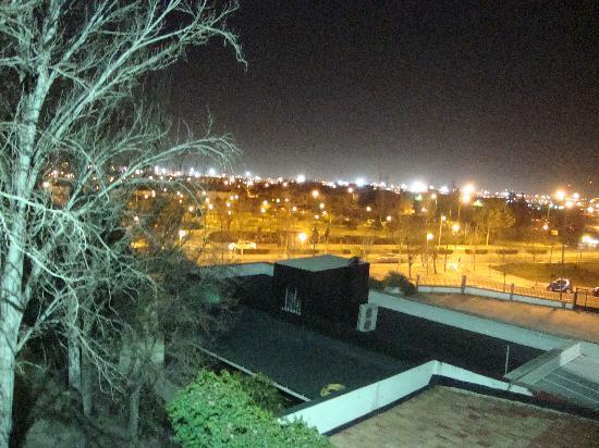 เมเลีย บาราจาส โฮเต็ล: vista nocturna en invierno a la piscina