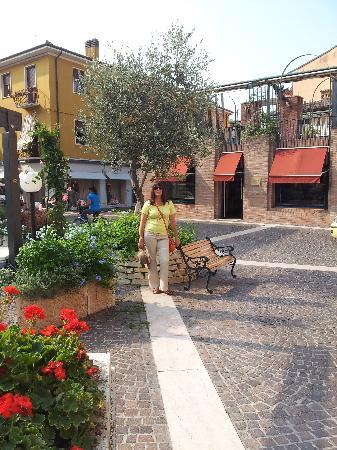 Bardolino (เทศบาลบาร์โดลิโน), อิตาลี: One of the small squares