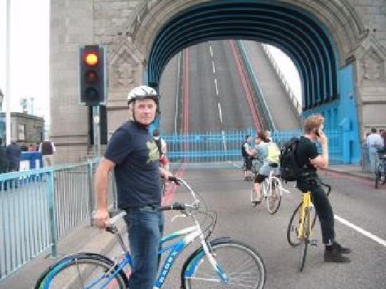 เบรคอะเวย์ ไบค์ทัวร์: Waiting at a London Bridge