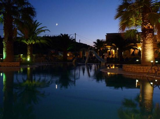 The Lagoon Hotel and Apartments: Lagoon pool at night