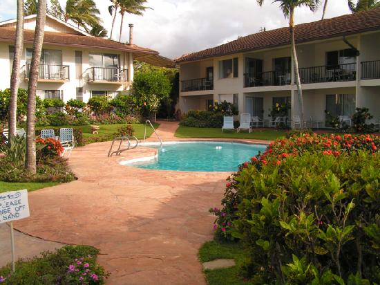 Napili Surf Beach Resort: view of pool and rooms while returning from the beach