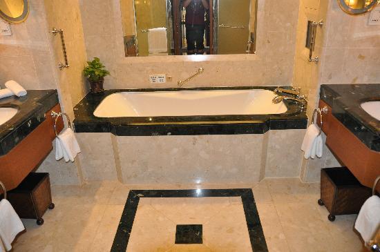 โรงแรมเพนนินซูลา กรุงเทพฯ: Bathroom (only part of it)
