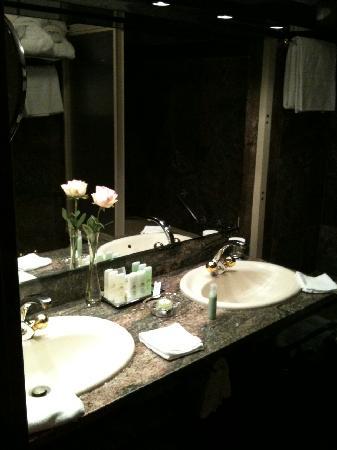 Grand Hotel Zermatterhof: Das Marmorbadezimmer, sehr sauber.