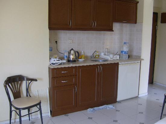 Amaris Apartments: kitchenette