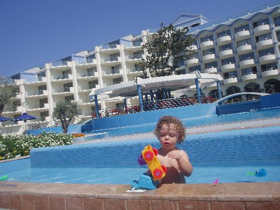 Atrium Platinum Hotel: my baby playing in the children`s pool