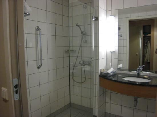Radisson Blu Hotel, Tromso: Shower room (no bath)