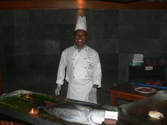 คุรีดุ ไอแลนด์ รีสอร์ท แอนด์ สปา: Mohamed preparing giant tuna dinner