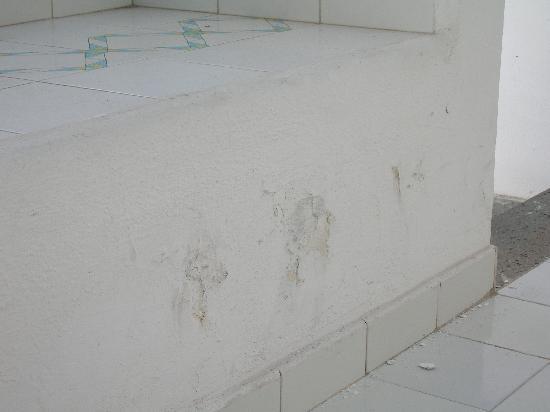 โรงแรมเลส์ เซเบิลส์ นัวร์: macchia di muffa su muro