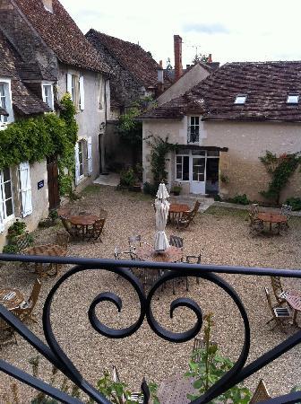 Le Relais du Lyon d'Or: Photo de la cour d'une des chambres