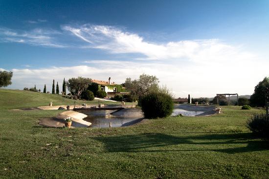 Agriturismo Cerrosughero: Vista Laghetto e Agriturismo