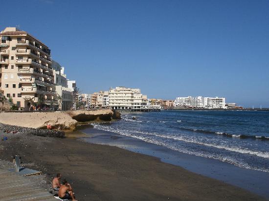 El Medano Hotel: View towards Hotel from boardwalk