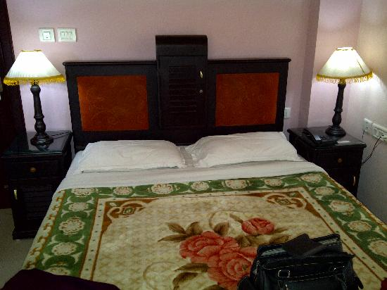 Archana Residency Munnar: Our comfy bed :)