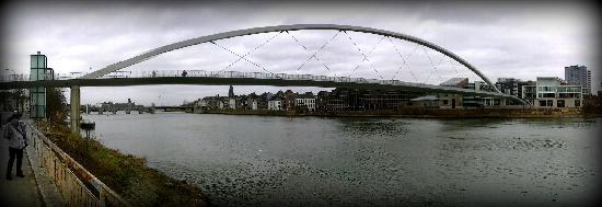 Botel Maastricht: pont sur la droite du botel