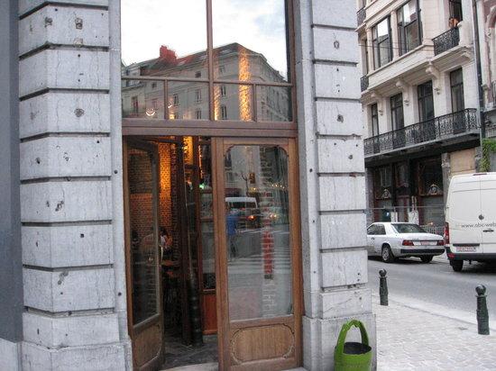 9 et Voisins: This is the entrance.