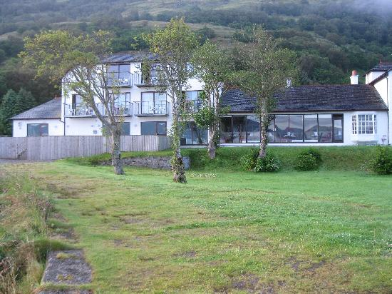 Holly Tree Hotel & Swimming Pool: The back of the hotel which looks onto the Loch