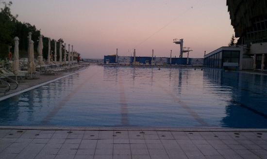 Yalta Intourist Hotel: Evening falls at the pool