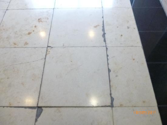 Clayton Hotel Dublin Airport: grubby bath floor