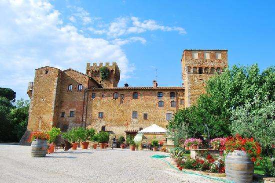 Agriturismi Il Castello La Grancia: Veduta esterna dell'agriturismo