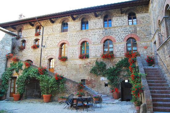 Agriturismi Il Castello La Grancia: Veduta interna dell'agriturismo