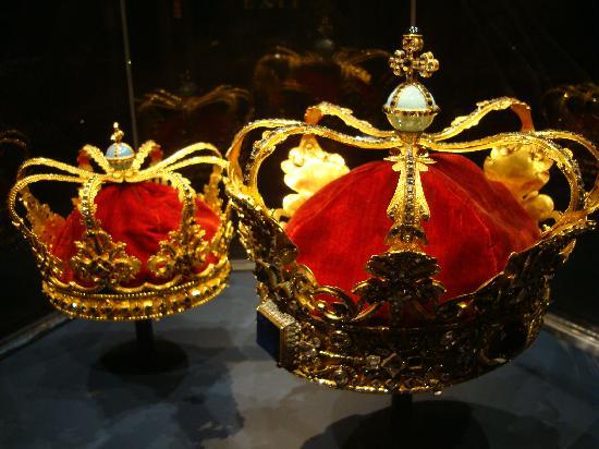 ปราสาทโรเซนเบิร์ก: Queen's crowns