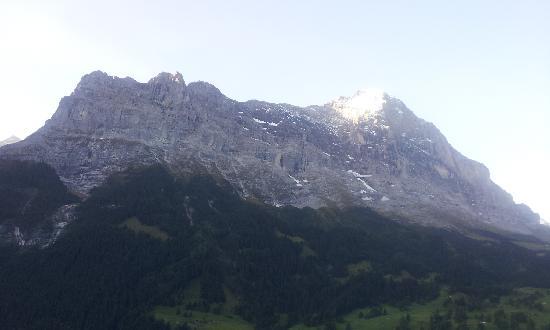 Hotel Belvedere Grindelwald: 部屋から見る早朝のアイガー