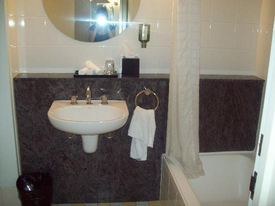 โรงแรมเมอร์คิวร์ซิดนีย์: standard room bathroom