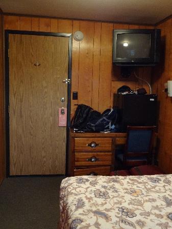 The Orca Inn: The tv, fridge and desk
