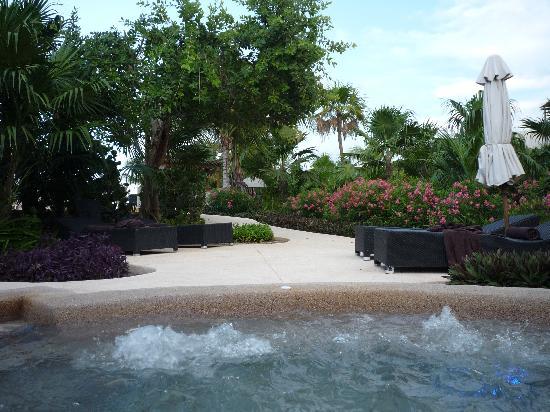 ซีเคร็ทส์โมราม่าบีช รีเวียร่า แคนกุน: Jacuzzi in garden area
