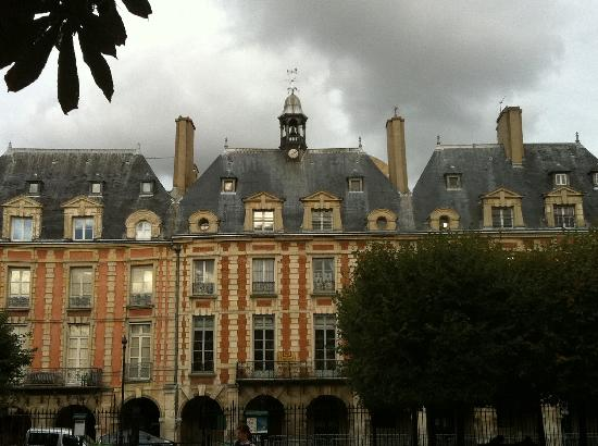 Le Pavillon de la Reine: Facade