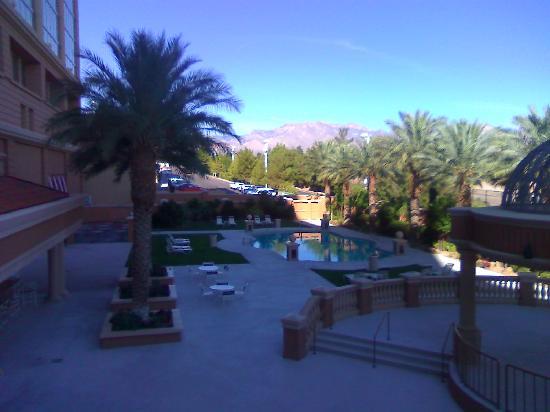 Suncoast Hotel and Casino: Pool area 9am