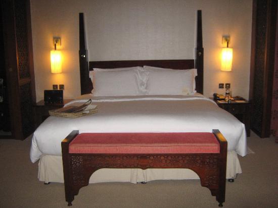 โรงแรมเดอะพาเลสดิโอด์ทาว: Most amazing hotel bed ever