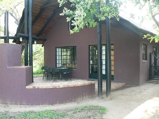 Burchell's Bush Lodge: Outside view of the cottage