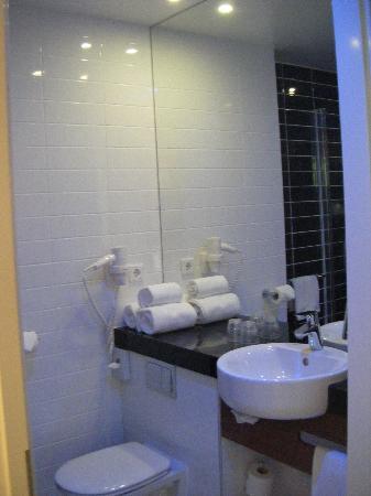 ฮอลิเดย์ อินน์ เอ็กซ์เพรส อัมสเตอร์ดัม สคิปโพล: bathroom, nice new and clean!