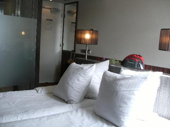 """โรงแรมเวสท์คอร์ดซิตี้เซ็นเตอร์ อัมสเตอร์ดัม: The """"Double"""" Bed --- just two singles pushed together! but still very comfortable!"""