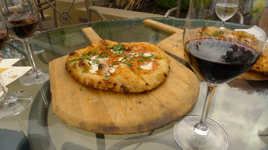 Signorello Estate Winery: Wine and pizza pairing - nice lunch!