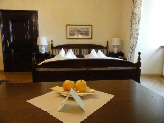 Hotel Schloss Obermayerhofen: Room Sandizell - bed area