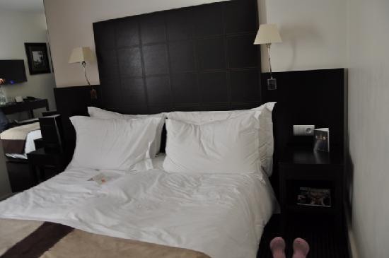 พลาซ่าทัวร์ ไอเฟล: The Queen bed- looks nicer when not sat on!