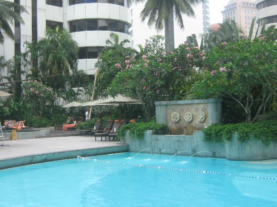 โรงแรมแชงกรี-ล่า กัวลาลัมเปอร์: Part of the huge pool area